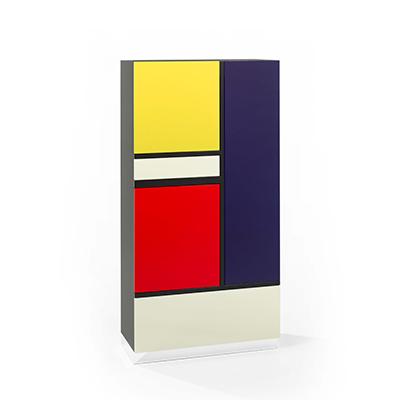 Designermöbel der Röthlisberger Kollektion. Mondrian Schrank ist eine Hommage an den Künstler Piet Mondrian. Alle Schrankflächen und Türen sind mit hochwertigem Farblack hochglanzlackiert. Türen, Klappen und Schubladen sind durch unsichtbare Druckschnäpper geschlossen, Die Tablare sind aus Glas, der Sockel aus hochglanzpoliertem Chromstahl. Erhältlich in zwei nummerierten Ausführungen.