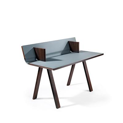 Designermöbel der Röthlisberger Kollektion. Ovolo Schreibpult. Ein Hingucker ist das Holz der Räuchereiche, kombiniert mit der aparten Farbe des Desktop-Linoleums 4155 Pewter.