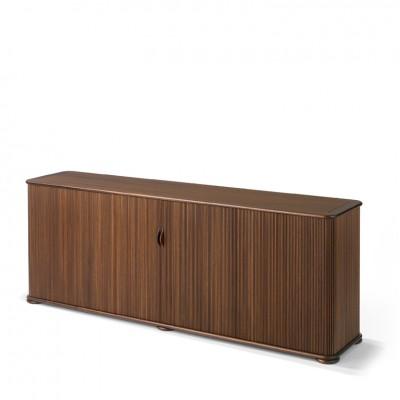 Designermöbel der Röthlisberger Kollektion. Das Sideboard sorgt mit seinen ausgewogenen Proportionen im Wohnzimmer wie im Büro für Aufsehen. Einzeln verarbeitete, profilierte Stäbe aus Massivholz. Ausgestattet mit Glastablaren, Schubladen oder Hängeregistraturen. Ausführungen: Buche oder Mahagoni natur oder nach Farbmuster gebeizt. Abstellflächen von Rolladenschrank 1, 2 und Sideboard mit einer Einlage aus Holz, Glas, Marmor oder Granit.